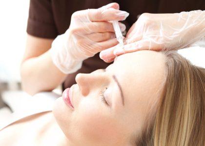 Ostrzykiwanie skry twarzy w salonie kosmetycznym